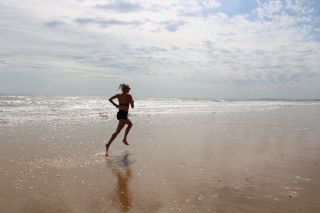 Sandra Eriksson springer i vattenbrynet.
