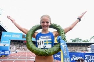 Mikaela Larsson med segerkransen på Asics Stockholm Marathon 2018.